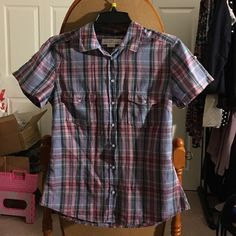 Shortsleeve button down shirt Tight fitted short sleeve button-down shirt with two pockets in the front with buttons you can make the sleeves shorter H&M Tops Button Down Shirts