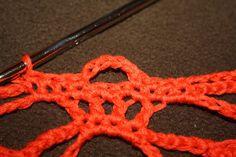 Da er den her. Norsk oppskrift på hodeskalle-sjal. Crochet Earrings, Craft, Crocheting, Amigurumi, Skull, Threading