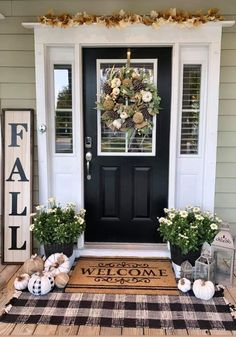 Cool 38 Beautiful Front Door Entryway Decor Ideas To Try Asap Fall Home Decor, Autumn Home, Farmhouse Homes, Farmhouse Decor, Halloween Veranda, Deco Design, Fall Front Door Decorations, Front Porch Decorating For Fall, Front Porch Fall Decor