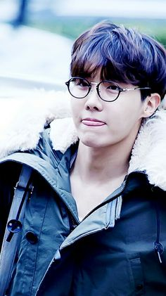 Esses óculos são as melhores coisas q inventaram, olha só q coisa fofa. E essa língua? Taehyung adora ela