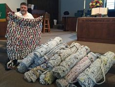 Wayne Abadie of Luling has found a creative way to recycle plastic grocery bags, and at the same time, help the homeless. For about two years, Abadie has been tying together thousands of plastic grocery bags, converting them into sleeping. Plastic Bag Crafts, Plastic Bag Crochet, Recycled Plastic Bags, Plastic Grocery Bags, Plastic Art, Ways To Recycle, Reuse Recycle, Blessing Bags, Helping The Homeless