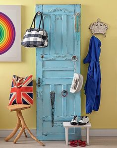 A porta antiga, reformada pela La Calle Florida, ganhou puxadores para pendurar de bolsas a bijuterias. Produção de Tatiana Guardian