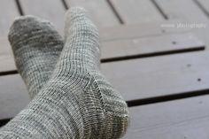 anana: Villasukat pyöröpuikolla varpaista varteen, kaksi kerralla! [kuvallinen ohje] Leg Warmers, Knit Crochet, Knitting Patterns, Spin, Socks, Fashion, Leg Warmers Outfit, Moda, Knit Patterns
