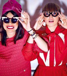 На Наталье: пуловер из неопрена, Chanel; шелковый тюрбан, Prada; очки, Moo. На Вике: хлопковые рубашка и юбка, Nina Donis; пластиковые серьги и очки, Prada.