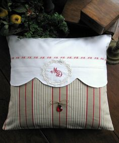 UnTrucEnPlus * cet article n'est plus disponible Dyi Pillows, Small Pillows, How To Make Pillows, Pin Cushions, Diy Pillow Covers, Creative Textiles, Pillow Inspiration, Decoration Originale, French Fabric