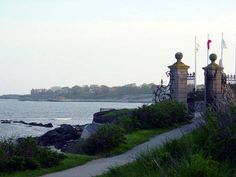 Newport Cliff Walk photo tour and tips for visitors. Pictures of a sunset walk along Newport's famous Cliff Walk. Pet Travel, Travel Usa, Newport Cliff Walk, Rhode Island History, East Coast Road Trip, Newport Rhode Island, Local Attractions, Weekend Trips, New England