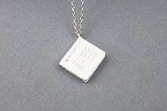 Livre argent avec pendentif initiale une fois. Collier simple et Modern.