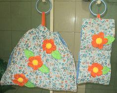 Porta toalhas de banho e rosto e porta papel higiênico para dois rolos, confeccionados com tecido tricoline, forrados com tecido poliéster e com manta acrilica, decorado com flores de tecido dando um charme nessas peças, o porta toalhas tem laço de fita embutido para facilitar na hora de colocar as toalhas. <br>Esse kit fica um charme para decoração de banheiros <br>Medidas:Porta toalhas 40 cm de altura por 49 cm de largura <br>Porta papel higiênico: 48 cm de altura por 20 cm de largura
