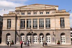 El teatro Campoamor es el teatro de ópera de Oviedo, fundado en 1892 y conocido entre otras cosas por ser el escenario de la entrega de los Premios Princesa de Asturias.
