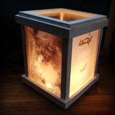 Lantaarn van de Action, foto printen op gewoon papier, achterkant insmeren met sla olie, laten drogen tussen keukenpapier en voor de ruitjes van de lantaarn schuiven.