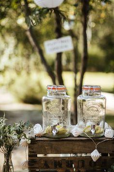 Boho wedding - Cap Ferret - French wedding style - La Paire de Cerise photographes - Jenny Morel Weddings wedding planner - lemonade stand - distributeur limonade