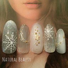 グレーとホワイトの冬カラー☆ 雪の結晶がキラキラと舞っているイメージ♡ #グラデーション #グレー #冬 #雪の結晶 #ジェルネイル #ホワイト #ハンド #ミディアム #チップ #naturalbeauty #ネイルブック