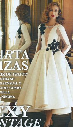 Me parece espectacular este vestido que luce Marta Hazas. Un vestido blanco de tejido tecnológico con flores bordadas de Roberto Diz