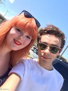 Nathan com fã (@missginaface) na rádio 104.3 NOW FM, em Las Vegas, nos Estados Unidos. (7 ago.)