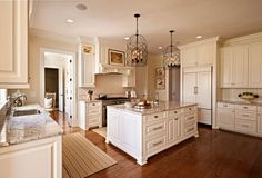 Traditional Antique White Kitchen Welcome! This photo gallery has pictures of kitchens featuring cream or antique white kitchen cabinets in traditional styles. Küchen Design, Home Design, Layout Design, Design Ideas, Beautiful Kitchens, Beautiful Interiors, Beautiful Homes, Kitchen Cabinet Design, Closed Kitchen Design
