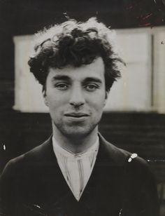 """""""Todos somos aficionados.La vida es tan corta que no da para más""""Nunca encontrarás un arco iris si estás mirando hacia abajo. Charlie Chaplin as a young man in Hollywood"""