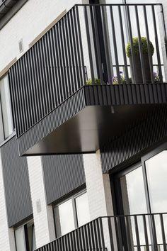 Inspiratie & realisaties aluminium gevelbekleding — Mato Custom Home Builders, Custom Homes, Aluminium Balustrades, Renovation Facade, Balustrade Balcon, Modern Garage Doors, Balcony Railing Design, Iron Balcony, Stair Handrail