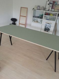 Jeg ønskede noget særligt – derfor landede valget på at lave et stort spisebord med pistaciegrønt linoleum. Min spisestue er... Living Spaces, Living Room, Ping Pong Table, Dinner Table, Scandinavian Design, Minimalist Design, Office Desk, Diy Furniture, Sweet Home