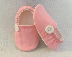 Baby Girl Items, Pink Crib, Baby Sewing Projects, Felt Baby, Baby Slippers, Crib Shoes, Baby Girl Shoes, Doll Shoes, Diy For Girls