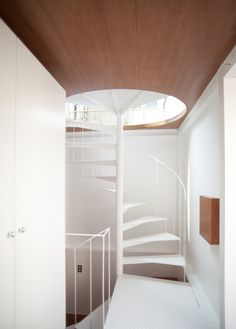 Slender railing, beatiful staircase. Small House by  Unemori Architects
