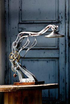 Awesome industrial and/or steampunk lamp! Industrial Lighting, Cool Lighting, Lighting Design, Lamp Design, Lampe Steampunk, Steampunk House, Steampunk Design, Deco Originale, Retro Futuristic