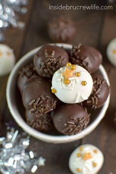 Easy no bake peanut butter balls dipped in two kinds of chocolate makes a delicious treat any time of year. Peanut Butter Bon Bons, Peanut Butter Candy, Creamy Peanut Butter, Candy Recipes, Cookie Recipes, Fondue, Chef Shop, Yummy Treats, Sweet Treats