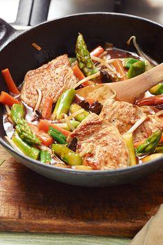 Spargel geht auch vegetarisch. Im Wok gegart und mit Putenmedaillons ein tolles Abendessen.