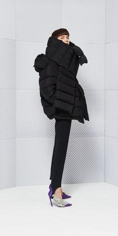 I don't normally like puffer jackets, but the new Balenciaga Swing Puffer Jacket is really sick. 1940s Fashion, Edwardian Fashion, Fashion Goth, Daily Fashion, Womens Fashion, Cool Coats, Balenciaga, Madrid, Tecno