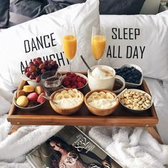 Find below a great selection of breakfast in bed tray table design ideas. A well-chosen table will allow you to have breakfast in bed without the risk of Breakfast And Brunch, Romantic Breakfast, Breakfast Recipes, Hotel Breakfast, Breakfast Tray, Morning Breakfast, Perfect Breakfast, Breakfast Ideas, Good Food