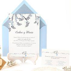Romantic and classic wedding invitation with delicate blue flower design. Invitación de boda romántica con patrón floral en azul. www.azulsahara.com