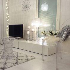 Shop de look met kunststof transparante stoel en bijzettafel op beliani.nl