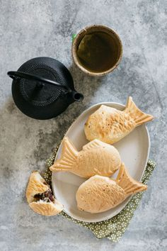 Three taiyaki fish waffle served on an oval plate with a Japanese steel kettle and a cup of green tea Easy Japanese Recipes, Japanese Dishes, Japanese Sweets, Japanese Food, Japanese Drinks, Japanese Cake, Japanese Street Food, Homemade Ramen, Cupcakes
