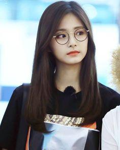Cute Girl With Glasses, Cute Glasses, Glasses For Girls, People With Glasses, Glasses Frames, Korean Glasses, Sana Kpop, Korean Hair Color, Lunette Style