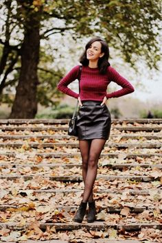 Fashion Must Have - 20 leather mini skirt outfits for every style - Ledermode - Jupe Leather Mini Skirt Outfits, Mini Skirt Outfit Winter, Red Leather Skirt, Maroon Skirt Outfit, Red Skirt Outfits, Red Mini Skirt, Mode Outfits, Fashion Outfits, Womens Fashion