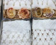 Lembrancinhas Toalhas + Sabonetes Decorative Boxes, Embroidered Toilet Paper, Coat Hanger, Homemade Home Decor, Pearls, Manualidades, Decorative Storage Boxes