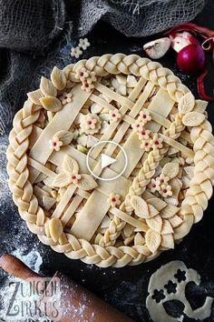 Apple Pie - American, covered apple pie - tongue circus- Pie – amerikanischer, gedeckter Apfelkuchen – Z pies pies recipes dekorieren rezepte Baking Recipes, Dessert Recipes, Pie Recipes, Pie Crust Designs, Pie Decoration, Circus Cakes, Pies Art, Pastel Art, Holiday Recipes