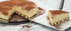Heerlijke taart met een bodem van in koffie gedrenkte lange vingers met een laag cheesecake met mascarpone No Bake Desserts, Delicious Desserts, Tiramisu Cheesecake, Sweet Recipes, Cake Recipes, Baking Bad, Sweet Pie, Pastry Cake, Sweet Cakes