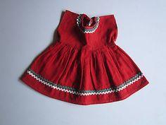 Schoene-alte-Puppenkleidung-Superschoenes-rotes-Kleid-aus-Leinen
