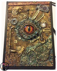 Couverture Steampunk d'un carnet de note, à 90% en polymère. Quelques breloque et le cabochon pour l'œil de dragon