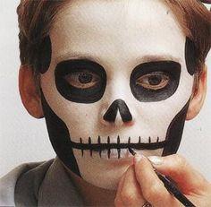 """C'est bientôt Halloween, et vos enfants risquent de vous demander un maquillage """"qui fait peur""""... Pour ne pas être à cours d'inspiration, voici quelques conseils pour être prêt(e) : Matériel : 1 éponge Eau Peinture spéciale à l'eau Pinceaux (1 fin et..."""