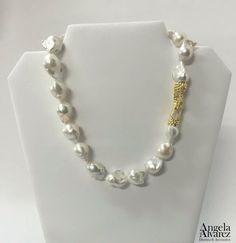 Collar de Perlas Barrocas blancas. Broche en Plata martillada con baño de Oro