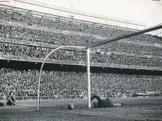"""#EstadiosDelMundo de las diferentes ligas """"Santiago de Bernabeu"""". Madrid en blanco y negro."""