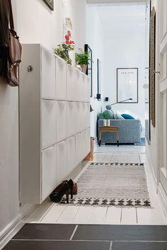 Create a nice decoration in your entry - idea of deco entree - Interior Design Living Room Warm, Scandinavian Interior Design, Hallway Decorating, Entryway Decor, Entryway Lighting, Trones Ikea, Hallway Storage, Hallway Designs, Home Decor Furniture