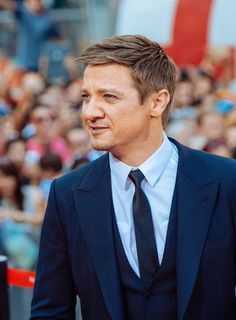 """Jeremy Renner Photos - """"Mission Impossible - Rogue Nation"""" New York Premiere - Outside Arrivals - Zimbio"""