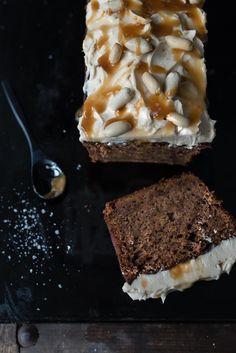 trickytine: süßkartoffelkuchen mit dunkler schokolade, erdnussbutter und salzkaramellfrosting