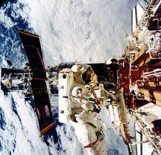 La astronauta Kathryn Thornton, en el extremo del sistema de manipulación de la lanzadera Endeaovour, 1993. © REUTERS/NASA/Handout