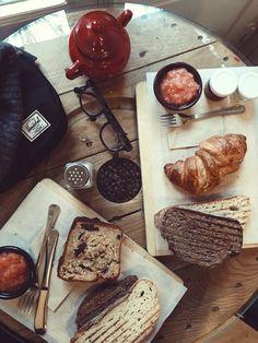 Delicioso desayuno en Mür café  (Madrid) Raw Vegan, Coffee Shop, Madrid, Bread, Happy, Desserts, Food, Breakfast, Coffee Shops