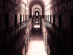 Cuando de lugares embrujados se trata, las cárceles suelen aparecer en altos lugares en las listas de este tipo de lugares. Los oscuros e inhumanos eventos ocurridos en ellos y el terror que experimentaron sus antiguos habitantes llegan en ocasiones a dejar una impresión duradera en ellos, sin importar que estos lleven varios años inactivos.    Las prisiones son testigos de muchos sucesos escalofriantes y de personas que han cometido atrocidades para haber llegado ahí, es por ello que la…
