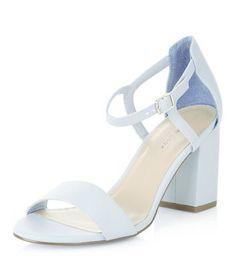 7a9f9ffaac11 Blassblaue Schuhe mit Fesselriemen und Blockabsatz