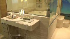 Banheira com parede de vidro com vista para o quarto